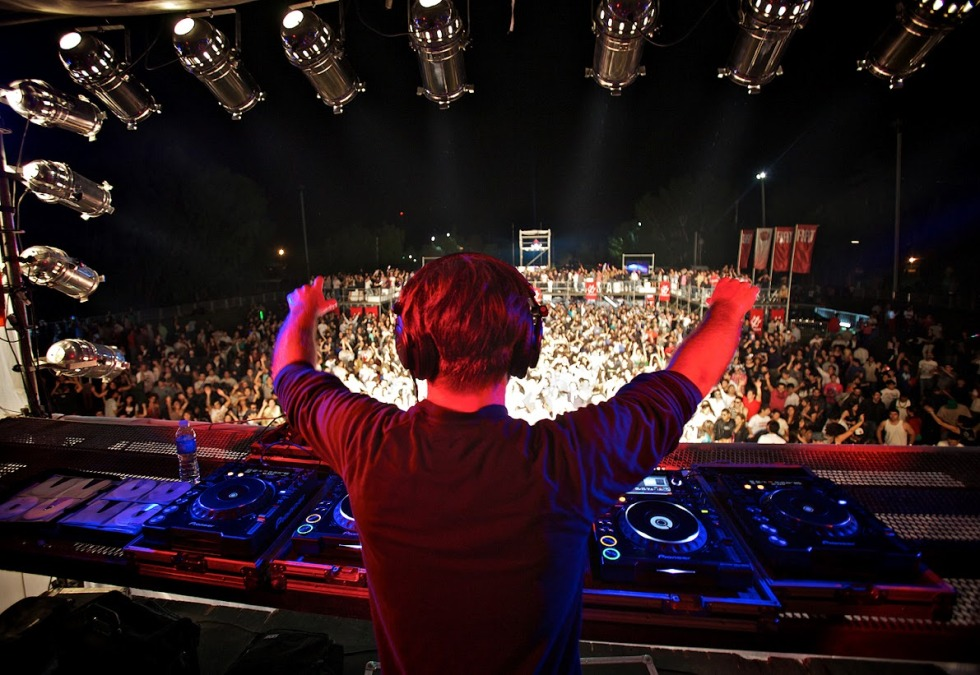 Paul-Oakenfold-wallpaper-hd-facing-the-crowd-from-dj-booth1